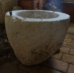Velika kamnita posoda v šmarškem zvoniku bi, glede na izročilo, lahko bila predromanski krstni kamen