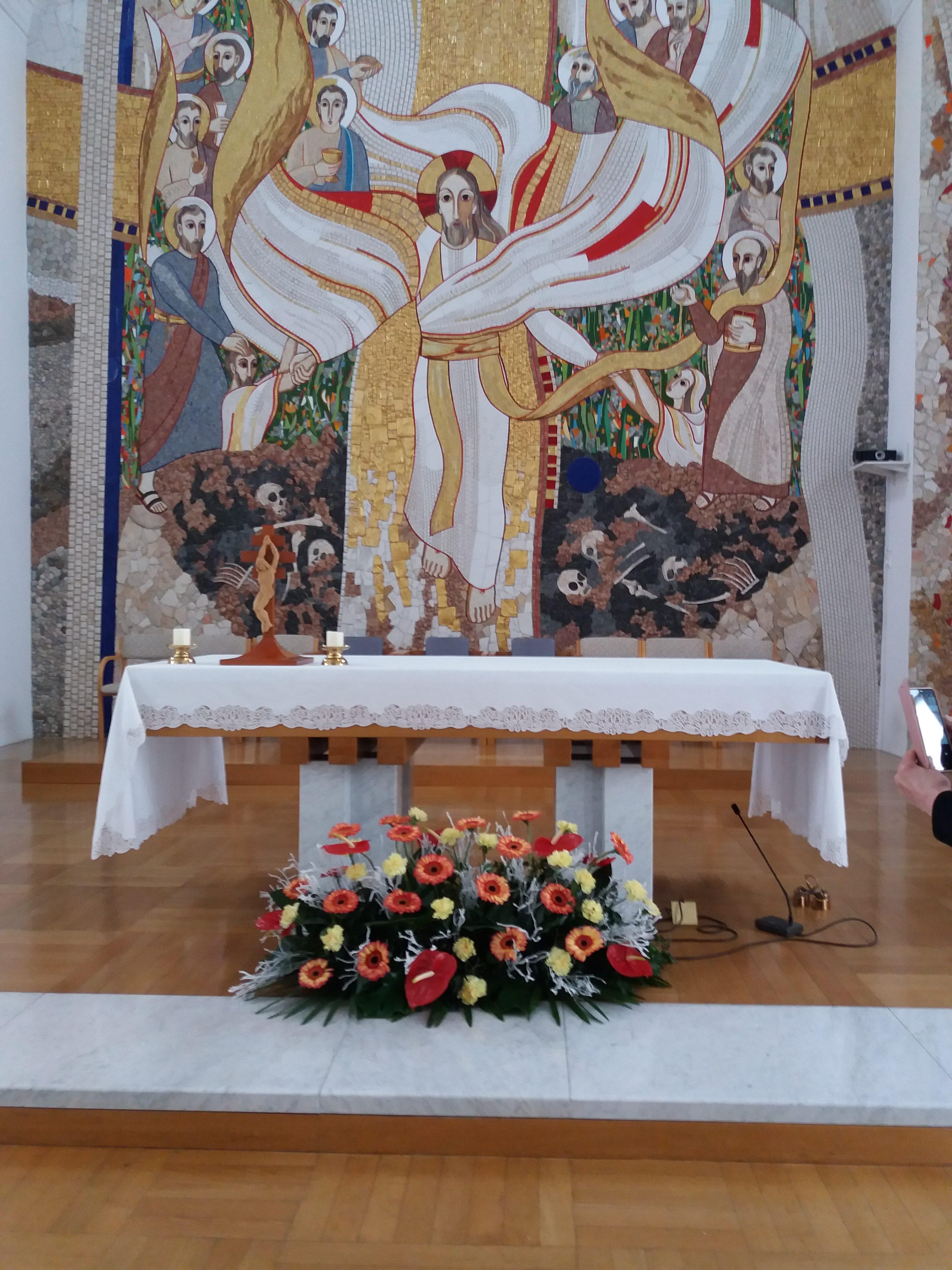 Skupina krasilcev je pripravila ikebani za okrasitev oltarja in ambona v kapeli Zavoda Sv. Stanislava.